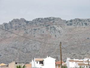 El Torcal de Antequera - La misma imagen anterior, pero ampliada. Desde abajo no se distingue de cualquier otra montaña.