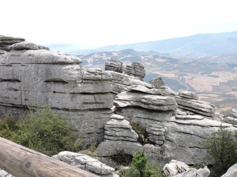 El Torcal de Antequera - Desde el mirador también se observan preciosas formaciones rocosas.