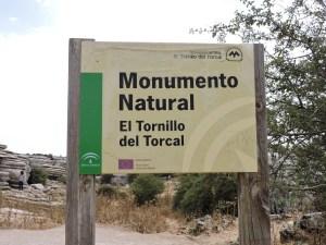 """El Torcal de Antequera - Nada más aparcar, veremos a mano derecha el cartel indicador al """"Monumento Natural""""."""