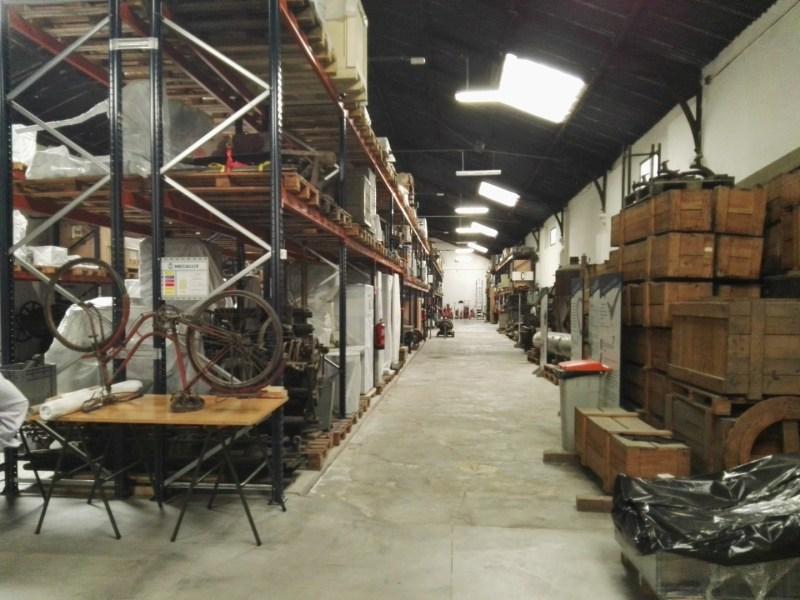 Almacén del MUNCYT - El almacén está dividido en pasillos, sin que las piezas guarden un orden lógico.