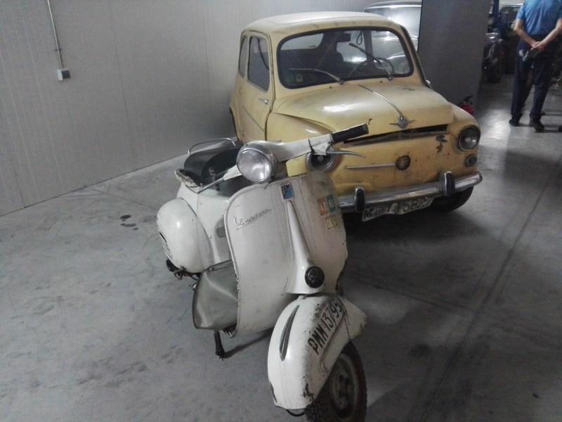Almacén del MUNCYT - SEAT 600 y Vespa, ambos en estado de conservación regular.