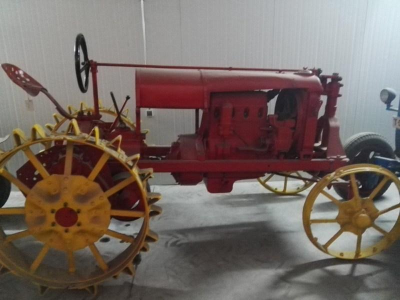 Almacén del MUNCYT - Tractor con ruedas dentadas.