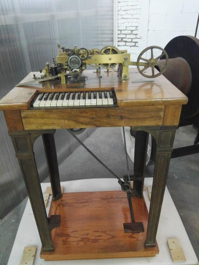 Almacén del MUNCYT - Telégrafo de Hughes, fabricado en París (Francia), donde Hughes consiguió reconocimiento a su invento del telégráfo impresor.