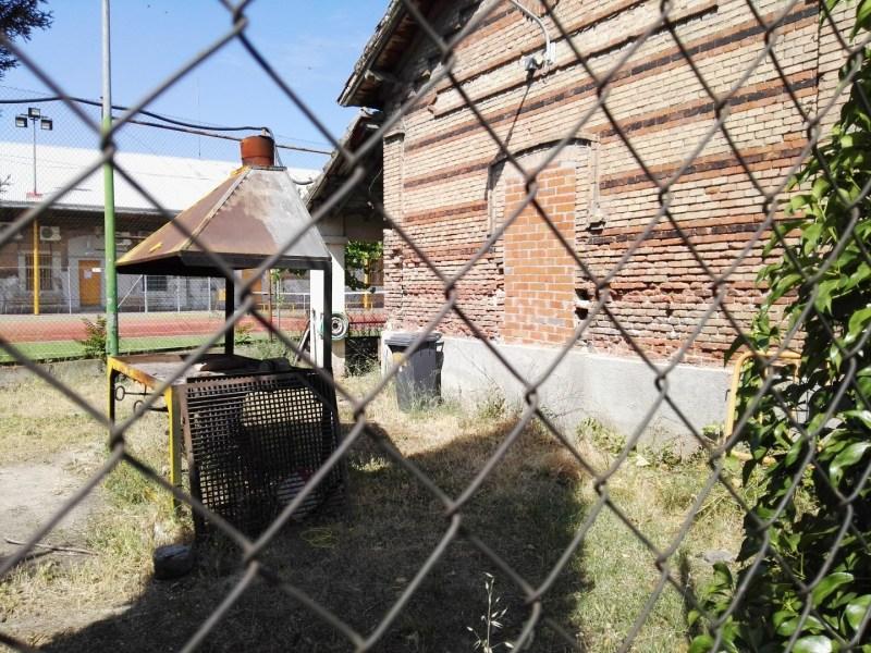 Almacén del MUNCYT - Vista posterior del edificio del fielato, con barbacoa :-) .