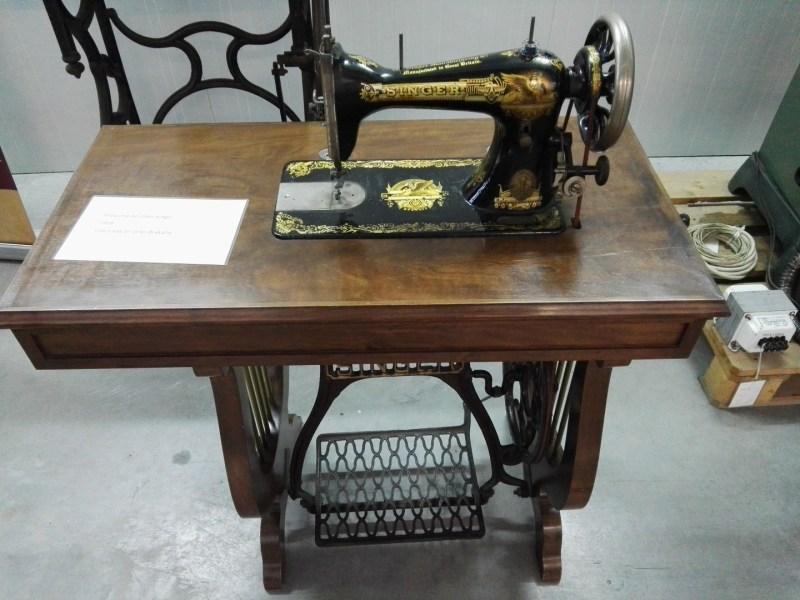 Almacén del MUNCYT - Máquina de coser Singer, impulsada por pedal y con laterales con forma de lira.