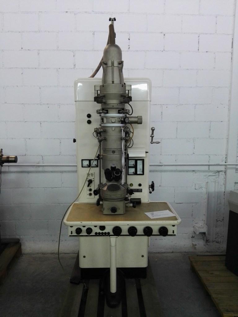 Almacén del MUNCYT - Microscopio electrónico Siemens de 1960