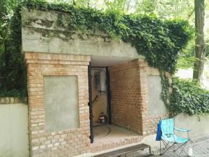 Búnker de El Capricho - Entrada al búnker, situada en el lado Norte del Palacio. La silla y la botella del guarda le restan un poco de glamour al asunto.