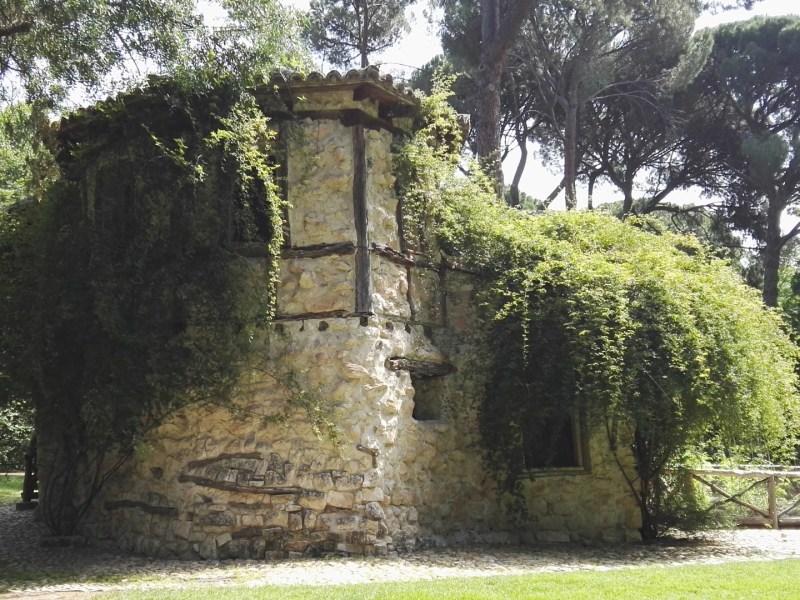 Búnker de El Capricho - Casa de la Vieja. Recuerda mucho la Aldea de Maria Antonieta, donde jugaba con sus amistades a disfrazarse de aldeanos.