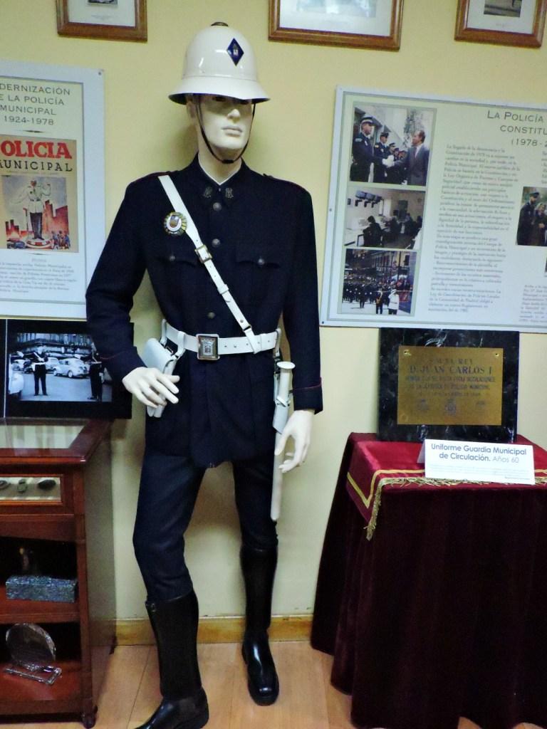 Museo Policía de Madrid - Guardia municipal con su característica porra blanca.