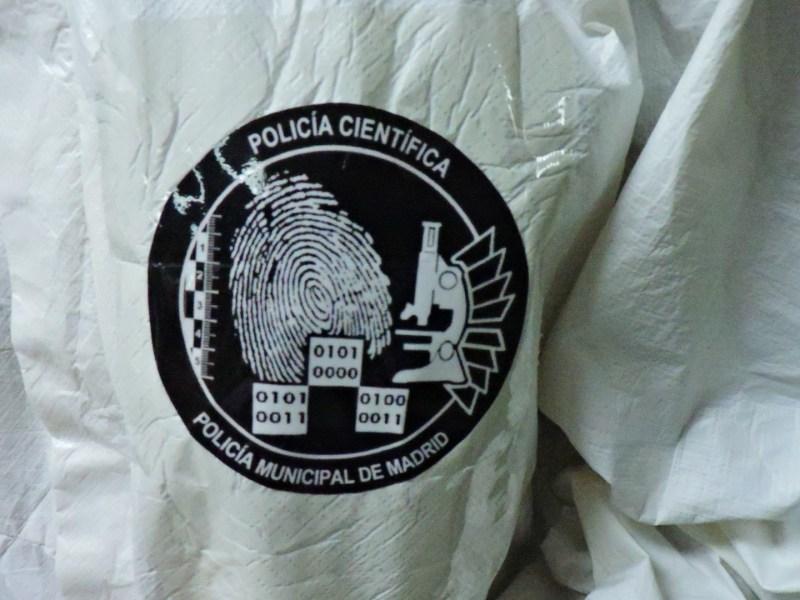 """Museo Policía de Madrid - Emblema de la Policía Científica. Si se traducen a ASCII los números binarios, indicarían """"CPS"""" (¿Cuerpo de Policía Científica?)."""