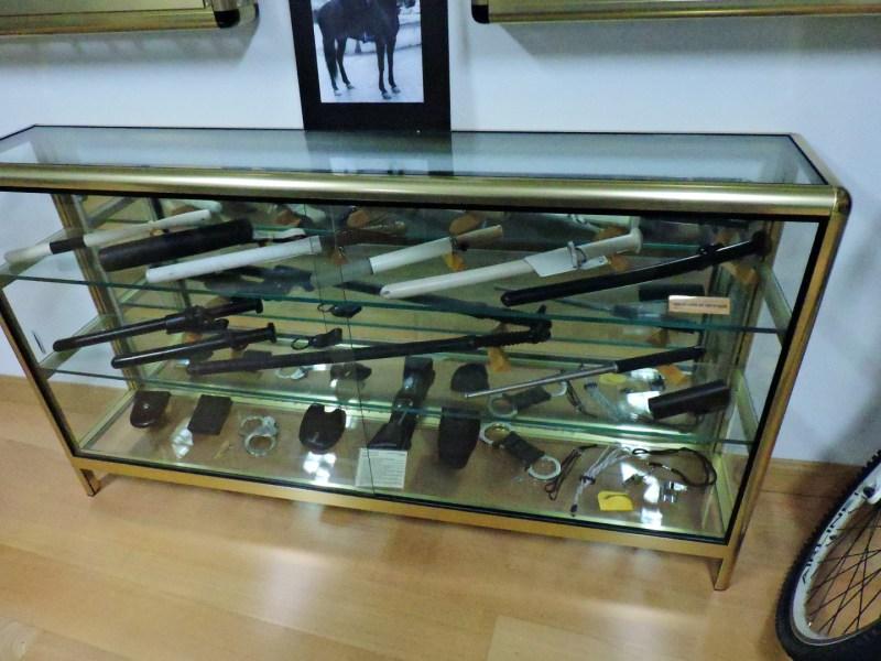 """Museo Policía de Madrid - Vitrina llena de porras de la """"Municipal""""."""