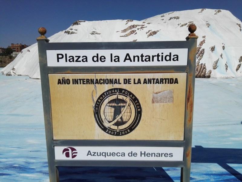 Rotonda de la Antártida - Al estar orientado al Sureste, los efectos de la radiación solar sobre los tintes son evidentes.