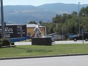 El Jugador de Hockey - Vista posterior de la escultura del jugador de hockey.