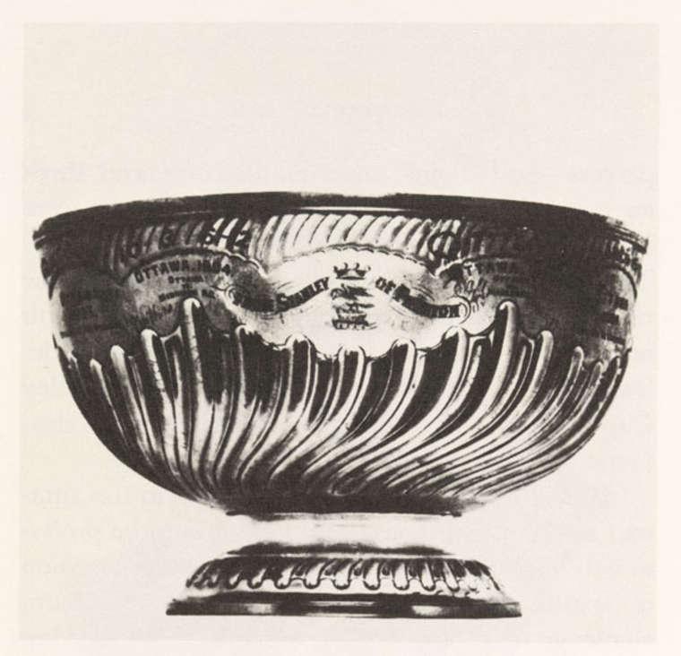 El Jugador de Hockey - Copa Stanley original, según fue encargada por Lord Stanley (4).