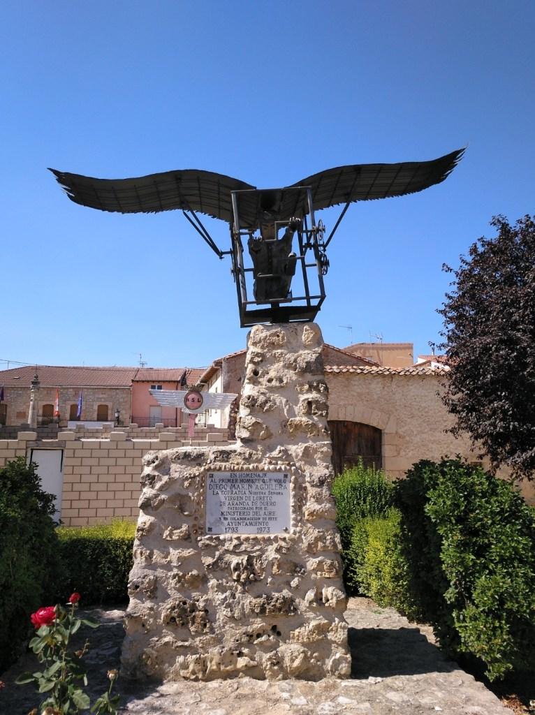 El vuelo de Diego Marín - Estatua en homenaje a Diego Marín.