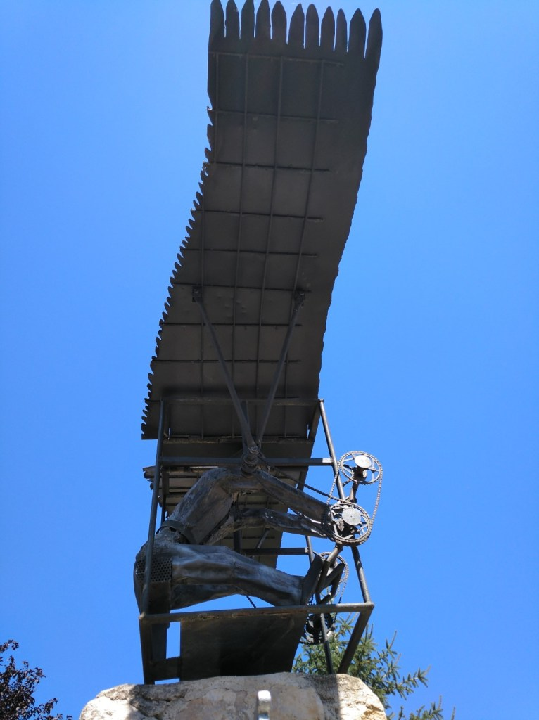 El vuelo de Diego Marín - Vista laterail de la estatua.