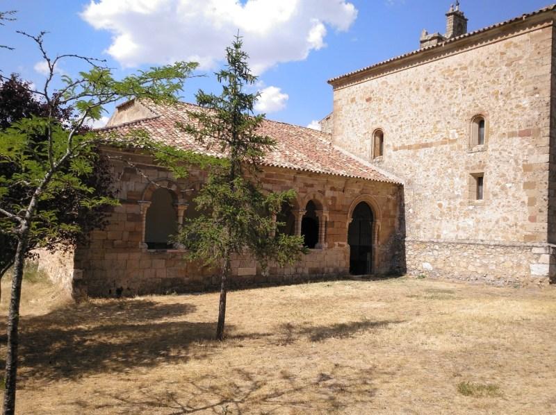 Museo Religioso-Paleontológico - Atrio de la iglesia románica de S. Bartolomé (S. XIII).