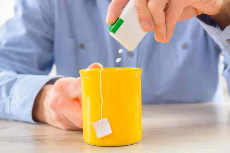 Hombre poniendole stevia a su bebida