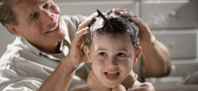 Padre lava pelo a niño