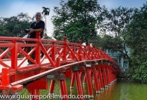 Puente Huc sobre el lago Hoam Kiem