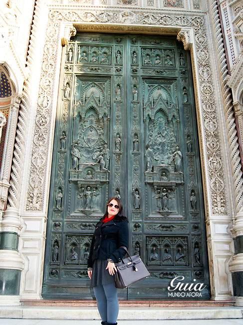 Porta detalhada do Duomo em Florença