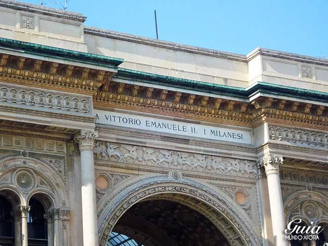 Fachada da Galeria Vittorio Emanuelle II em Milão