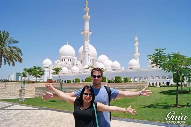 Casal na Mesquita de Abu Dhabi
