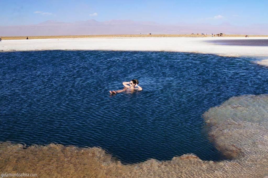 boiando na Laguna Cejar no Atacama