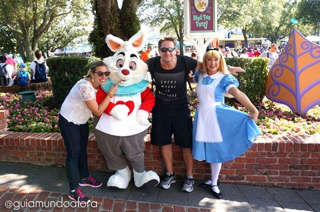 Alice e Coelho personagens no Magic Kingdom