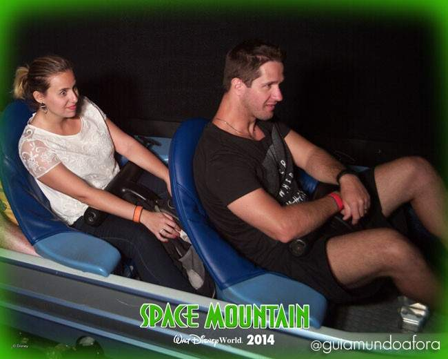 Casal na Space Mountain Orlando