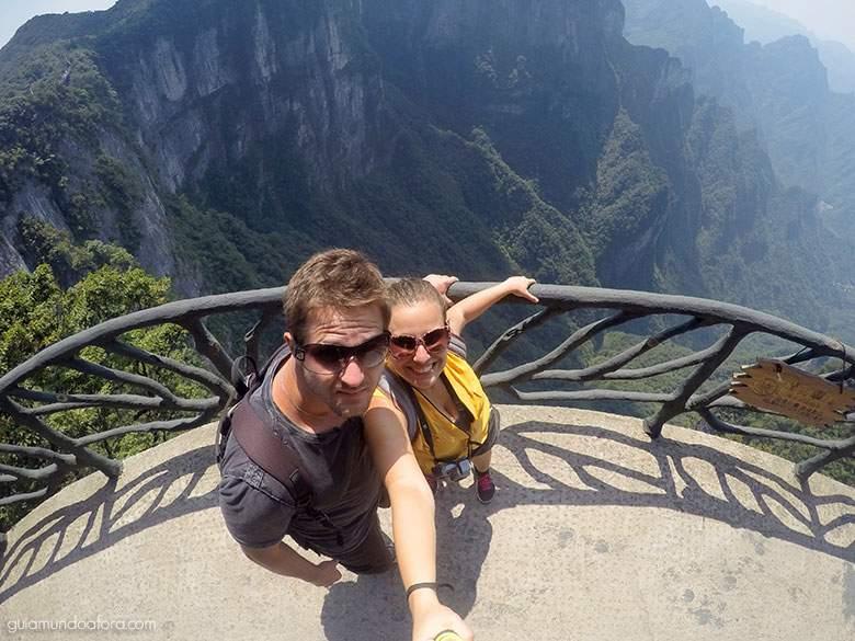Eu e o marido (sem medo algum) nos penhascos da Tianmen