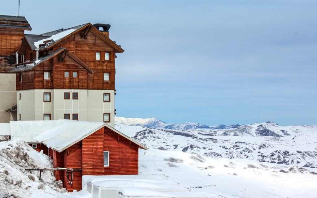 Hotel no Valle Nevado com neve no Chile