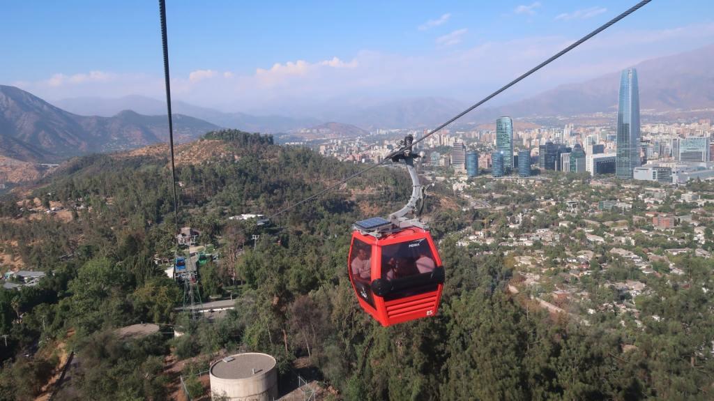 Ao subir o Cerro San Cristóbal de teleférico dá para ver boa parte de Santiago