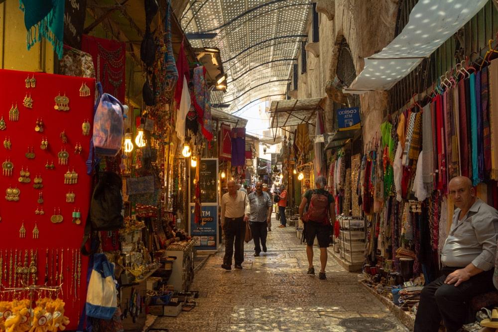 Lojas na cidade amuralhada de Jerusalém