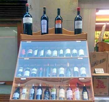 Expositores de vinos en mueble rústico