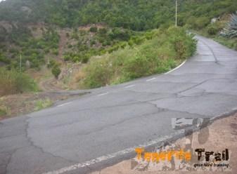 Tomas a tu derecha a 50 metros sendero hacia Cruz del Carmen a tu izquierda Jardina