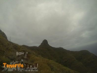 Roque Taborno al fondo detalle senda