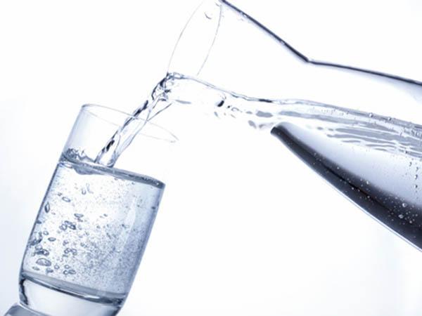 Mineralwasser eingiessen
