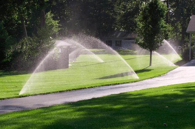 Impianto automatico per irrigare un giardino di grandi dimensioni