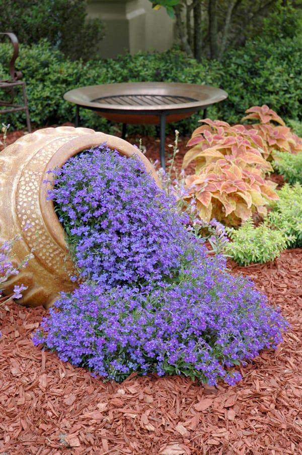 Come creare una cascata di fiori con un vaso rovesciato - Giare da giardino ...