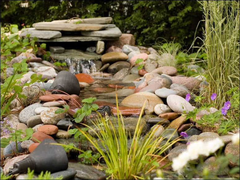 Creare un ruscello in giardino guida giardino for Immagini di laghetti artificiali