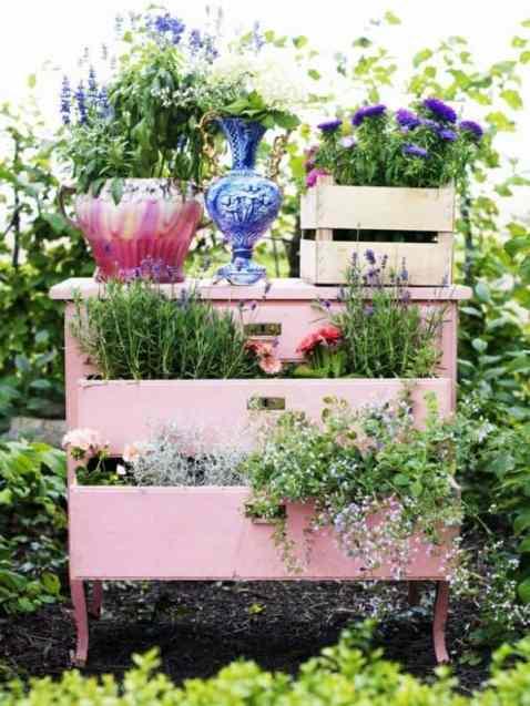 Avreste mai pensato di trasformare la vecchia cassettiera un po' bruttina che volevate gettare via in un bellissimo stand per le piante con cui decorare il giardino?