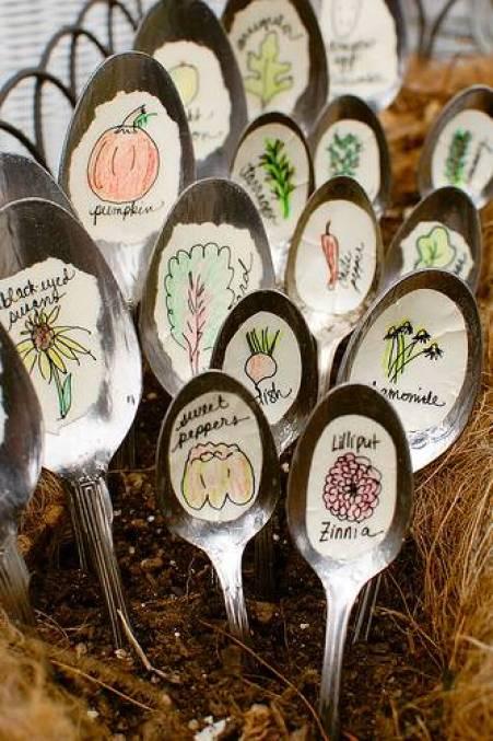 le posate spaiate, soprattutto i cucchiai, acquistano una loro utilità. Ben piantati nel terreno si trasformano in bellissime etichette alternative