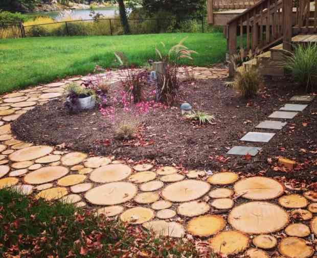 Vialetto per il giardino con i cerchi di legno