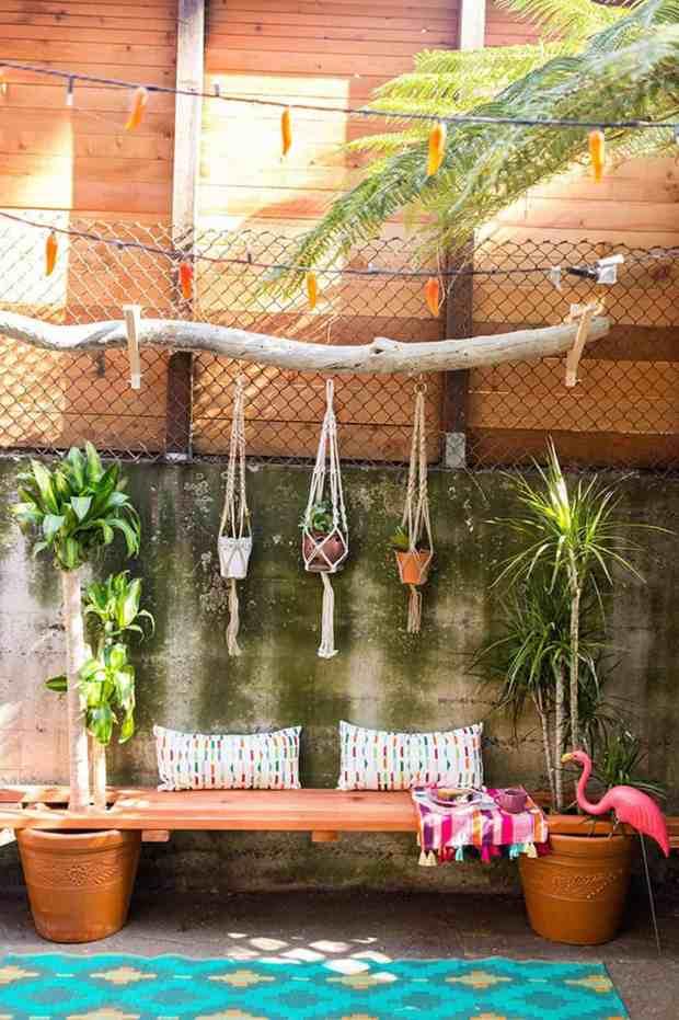 Se vi piacciono le piante tropicali, nel vostro giardino, ma anche sul terrazzo in questo caso, non può mancare un piccolo angolo a tema, magari con una seduta con cuscini colorati