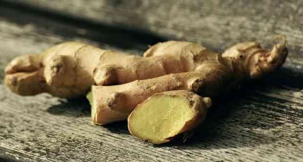 Lo zenzero è una splendida aggiunta a qualsiasi succo di frutta poiché contribuisce a rafforzare il sistema immunitario e quello circolatorio