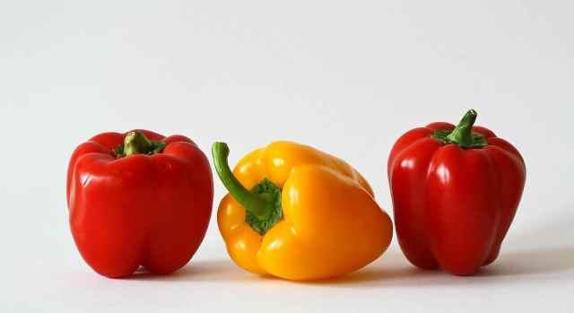 Non tutte le varietà di peperone sono uguali. Alcune hanno una buona produttività, anche in spazi piuttosto ristretti, mentre altre varietà hanno inevitabilmente bisogno di più spazio