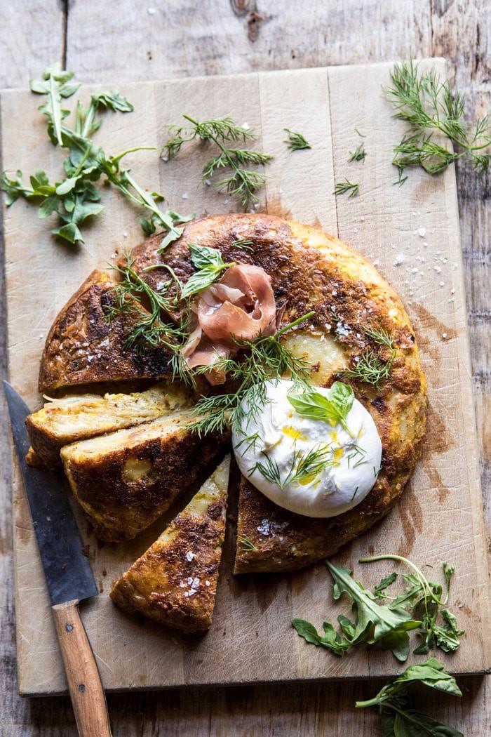 In Spagna la chiamano Tortilla e noi la conosciamo come frittata, una preparazione semplice e veloce che ci regala ampio spazio di manovra