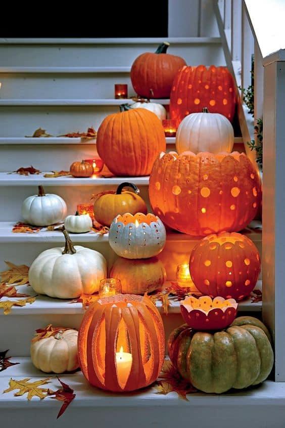 Zucche intagliate e decorate con le candele per Halloween