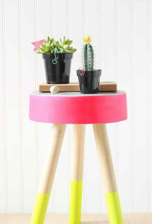 Sgabello colorato che diventa un originale supporto per le piante